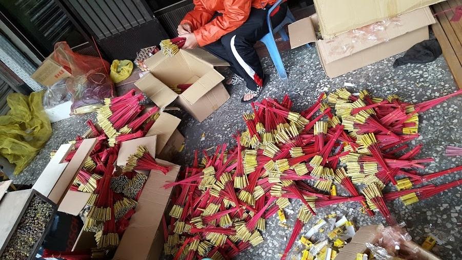個人宅で台湾のロケット花火の発射台(砲台)の準備をしている所