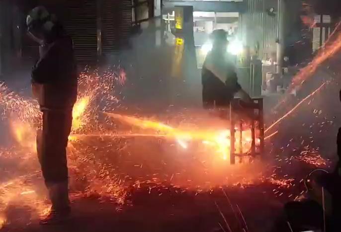 台湾ロケット花火に当たり続けて無病息災を祈る。