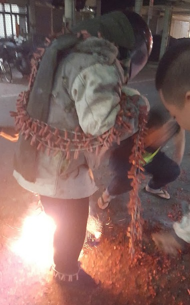 爆竹を体に巻き付けて火をつける根性試し的な事を行う台湾の若者